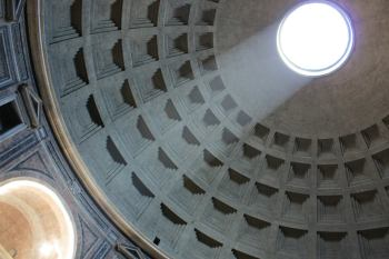 The open dome of the Pantheon casting light on the entrance to the temple.© Nina Valtavirta